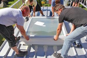 """Der Aufsetzkranz wird gesetzt und mit Metallschrauben im Dach befestigt<span class=""""bildnachweis"""">Fotos: Velux</span>"""