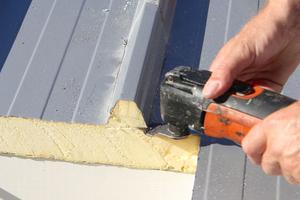 Die Trapezprofilsicken werden um die Dachöffnung herum abgeschnitten, um Platz für den Aufsetzkranz zu schaffen