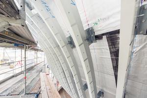 """Die Träger der Unterkonstruktion für die Schindelfassade folgen der geschwungenen Form des Baukörpers<span class=""""bildnachweis"""">Fotos (2): Lummel</span>"""