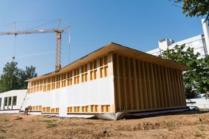 Im hinteren Bereich ist die Grundschulerweiterung in Holzrahmenbauweise gebaut, hier sind heute die Klassenräume untergebracht