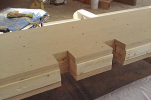 """Die Zimmerer haben ein Füllholz aus KVH zwischen die oberen Furnierschichten eingelegt. So ließen sich die Deckenträger einfacher mit der Dachscheibe verschrauben <div class=""""bildnachweis"""">Foto: Holzbau Pfeiffer</div>"""