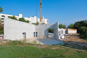 """Rohbau der Mensa: Betonwände bilden das """"Rückgrat"""" für die hier noch fehlenden, aufgelegten Deckenträger"""