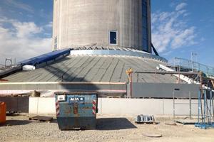 Die sogenannte Berme am Fuß des Turms wird mit Bitumenbahnen abgedichtet