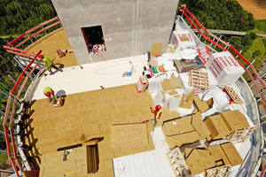 Kein Ort für Menschen mit Höhenangst: Arbeiten auf der Dachfläche über der Aussichtsplattform auf 237 Metern Höhe