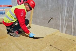"""Die gezielte Ableitung von Regenwasser zu einem der beiden Dachabflüsse wurde mit """"Keprock"""" Kehlgefälleplatten sichergestellt<span class=""""bildnachweis"""">Fotos (2): Rockwool</span>"""