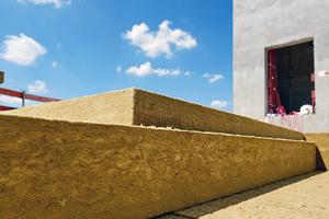 Auf die Grunddämmung wurde eine 120mm dicke Stufendämmung verlegt. Damit schützen bis zu 360mm nichtbrennbare Steinwolle-Dämmplatten die darunter liegende Aussichtsplattform