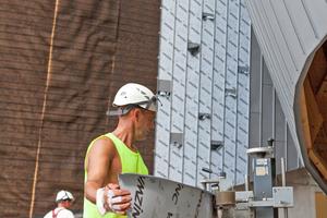 Für einige Fassadenbereiche mit besonders starker Krümmung wurden die Schare mit einer Rundbogenmaschine vorgebogen