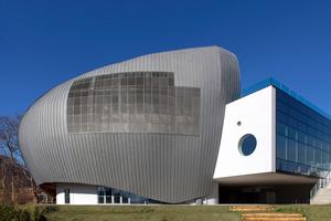 """Da die Titanzinkfassade vorbewittert ist, wird die samtgraue Farbe dem Gebäude über Jahrzehnte erhalten bleiben<span class=""""bildnachweis"""">Fotos: Pier Mario Ruggeri </span>"""