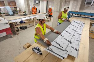 Die Zinkbleche werden, den Vorgaben entsprechend, in der Werkstatt auf die passende Länge zugeschnitten