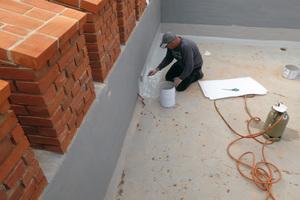 """Die Kemperol-Abdichtung schützt die Plattform im Bereich des Zinnenkranzes und bewahrt die Bausubstanz vor weiterer Zerstörung<span class=""""bildnachweis""""></span>"""