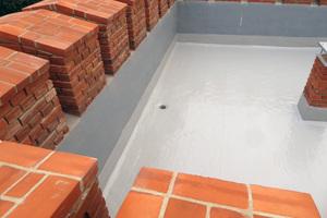 """Die Flüssigabdichtung bildet eine homogene, nahtlose Schutzschicht. Neu eingebaute Abläufe sorgen für eine sichere Entwässerung<span class=""""bildnachweis"""">Foto: Ralf Pohlmann</span>"""