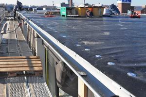 """Die Dachschalung aus Holz ist mit PVC-Dachbahnen abgedichtetRechts: Die Photovoltaikanlage auf dem Dach liefert Strom für die Hausbewohner und den Gebäudebetrieb<span class=""""bildnachweis"""">Foto: Marc Wilhelm Lennartz</span>"""