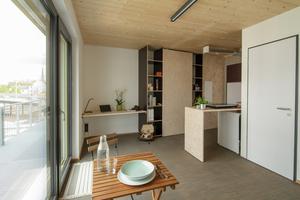 Innenansicht eines Appartements im Studentenwonheim: sichtbares Holz an der Decke, die Wände sind mit Gipsfaserplatten beplanktFoto: Raum für Architektur Kay Künzel + Partner