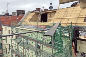 Links: Das Dach in der Soldiner Straße während der Bauzeit: Holzfaser-Unterdeckplatten sind auf den Dachflächen verlegt, die zur Hofseite zeigen