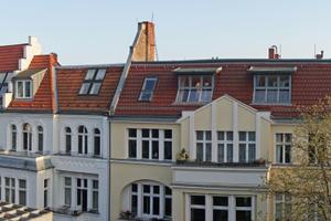 """Berliner Dachlandschaft: Auch wenn bereits viele Dachgeschosse ausgebaut wurden, bieten so genannte Berliner Dächer noch enormes Potential für dringend benötigten Wohnraum<span class=""""bildnachweis"""">Foto: Thomas Wieckhorst</span>"""