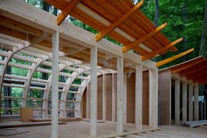 """<span class=""""bildnachweis""""><strong>Montage der Baumhäuser vom Typ """"Elvis"""": An ihren Fußpunkten sind die Wellenträger mit der Balkenlage des Bodens verbunden</strong></span>"""
