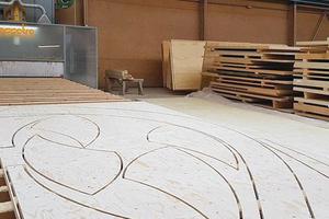 """<irspacing style=""""letter-spacing: -0.01em;"""">Die wellenförmigen Holzteile werden von einer CNC-Anlage aus Furnierschichtholzplatten geschnitten</irspacing><span class=""""bildnachweis"""">Foto: FH Finnholz</span>"""