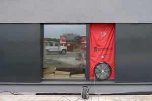 Beim Blower-Door-Verfahren wird ein Differenzdruck zwischen innen und außen hergestellt. Hierbei können Leckagen in der Gebäudehülle festgestellt und die Luftwechselrate (n50) ermittelt werden