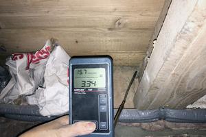 Hier zieht es deutlich durch fehlende Abklebung der Balkendurchdringung: Das Anemometer zeigt 3,34 m/s an. Ein korrekter Anschluss zwischen Wand und Balken, bestehend aus Glattstrich des Mauerwerks und Vorbehandlung der Balken (Primer), ist hier sinnvoll