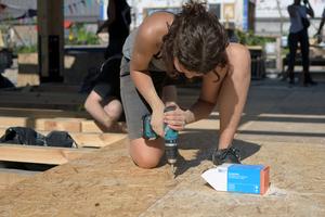 """Der Boden des Pavillons ist mit 15 mm dicken OSB-Platten doppelt beplankt, verschraubt mit """"BeFix"""" Holzbauschrauben"""