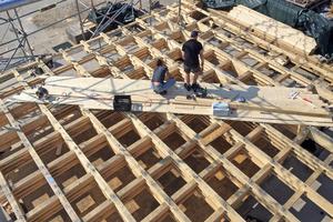 Das Tragwerk des Daches besteht aus Altholz und neuen Holzbalken, die mit Gewindestangen miteinander verbunden wurden<br />