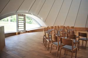 Innenansicht der Kapelle in Holzkirchen. Die Wände sind mit akustisch wirksamen Trockenbauplatten beplanktFoto: Carlotta Greve