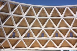 Tragwerk der Kirche in Holzkirchen: Stahlzugstäbe, die vertikal von Ring zu Ring spannen, sorgen für die konstruktive Lagesicherung der DiagonalenFoto: Sailer Stepan und Partner GmbH