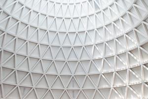 """Zur Kegelspitze steiler werdende Dreiecke lassen den Kirchenraum dynamisch erscheinen. Das Gebäude ist ist fast 22 m hoch<span class=""""bildnachweis"""">Foto: Carlotta Greve </span>"""