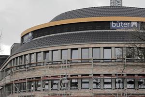 Das Dach des CityBogen in Nordhorn erforderte es, die Dachziegel so zu verlegen, dass sie der Rundung des Daches folgen⇥Foto: Nelskamp