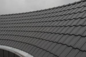 Fertig eingedeckter Innenbogen des Daches des CityBogen in Nordhorn