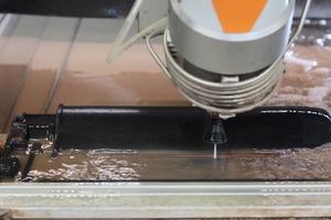 Schneiden des Dachziegels bei der Rhedach GmbH in Bocholt mit 3500 bar Wasserstrahl