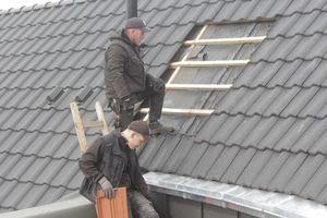Rundverlegung der zugeschnittenen Dachziegel im Innenbogen des CityBogen, Nordhorn Foto: Nelskamp