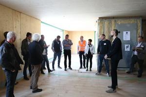 Architekt Markus Lager (zweiter von rechts) bei der Führung durch das Gebäude Foto: Rüdiger Sinn