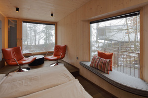 Dreischichtplatten bilden die sichtbaren Innenwände. Die Sitz-ecke bietet einen Ausblick auf das benachbarte KlippenhausFoto: Robert Mehl