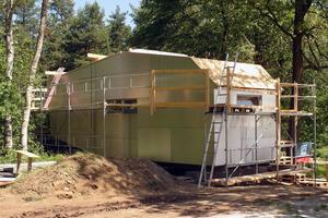 Auf der Unterkonstruktion der Fassade sind Aluminiumverbundplatten verschraubt