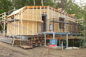 Von außen sind die Holzrahmenwände mit MDF-Platten verkleidet. Hier ist die Unterkonstruktion für die Fassade schon montiert