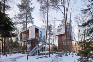 Die Häuser der Baumhaus-Lodge sind genau genommen keine Baum-, sondern Stelzenhäuser, so wie das Turmhaus rechts und das Haus am Fundament links im BildFotos (2): Robert Mehl