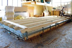 Die Anschläge des Dach- und Deckensystems ermöglichen eine serielle Fertigung von Dachelementen mit immer demselben Sparrenabstand