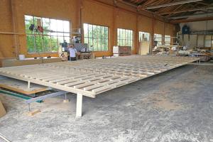 Rechts: Der Vorfertigunsgrad der Dachelemente bei fuchs.holzbaulösungen ist sehr hoch