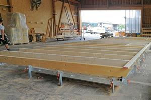 """Die Vorfertigung der ganzen Dachseite bietet einen vereinfachten Materialfluss und mehr Flexibilität bei unterschiedlichen Elementgrößen<span class=""""bildnachweis"""">Fotos: Woodtec Fankhauser</span>"""