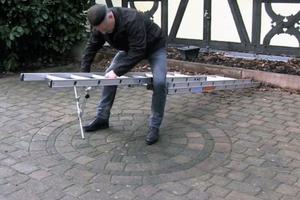 Die Leiterkopfsicherung wird am Boden an der vierten Sprosse von oben montiert. Die Leiter hat so an der Anlegestelle etwa einen Meter Überstand