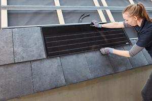 Das passende Rathscheck-Solarmodul wird zwischen den Schiefersteinen eingesetzt