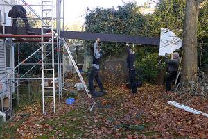 Neue Balken, mit aussteifenden Platten versehen, werden eingehoben