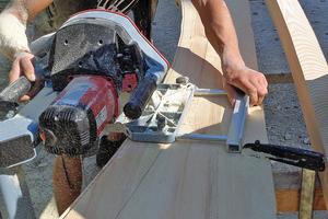 Die Sparren für die Dächer werden mit einer Handbandsäge aus 6 cm dicken Kiefernbohlen gesägt