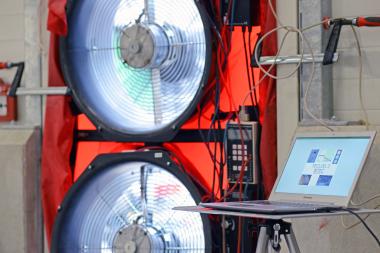 Luftdichtes Bauen ist Pflicht und Blower-Door-Tests weisen Dichtheit nach. Die Tests werden auch als Differenzdruck- oder Luftdichtheitsmessungen bezeichnet Foto: Airtight-junkies.de
