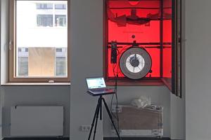 Das Gebläse wird in eine Tür oder ein Fenster eingebaut, dann wird Luft aus dem Gebäude gesaugt oder hinein gepumpt. So lassen sich Leckagen in der Gebäudehülle finden