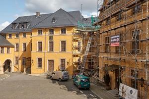 Der Kirchenflügel des Schloss Blankenburg und (rechts im Bild) der Alte Flügel mit dem Kaisersaal liegen direkt am Schloßhof