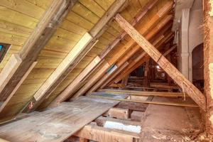 """<irspacing style=""""letter-spacing: -0.02em;"""">Sehr viele der Sparren des alten Dachtragwerks wurden zusätzlich mit einer Holzzange gesichert</irspacing>"""
