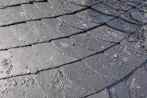 Das Dach ist mit Schiefer von Rathscheck in Altdeutscher Deckung mit stumpfem Hieb eingedeckt
