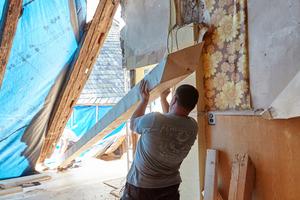 Das Holz für die Dachsanierung mussten die Zimmerer überwiegend von Hand an Ort und Stelle transportieren